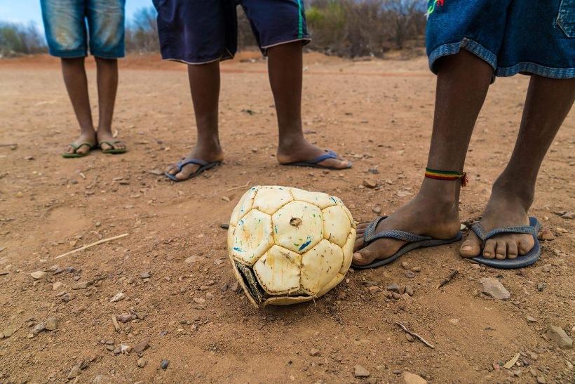 criancas-jogando-futebol-no-semi-arido-do-piaui